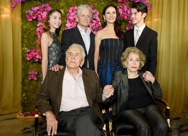 Kirk Douglas y su esposa Anne Douglas junto a Michael Douglas, Catherine Zeta Jones y sus hijos, Carys y Dylan (Photo by Chris Pizzello/Invision/AP)