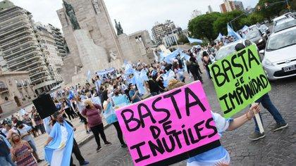 Protesta en el Monumento a la Bandera, en Rosario (Leo Galletto)