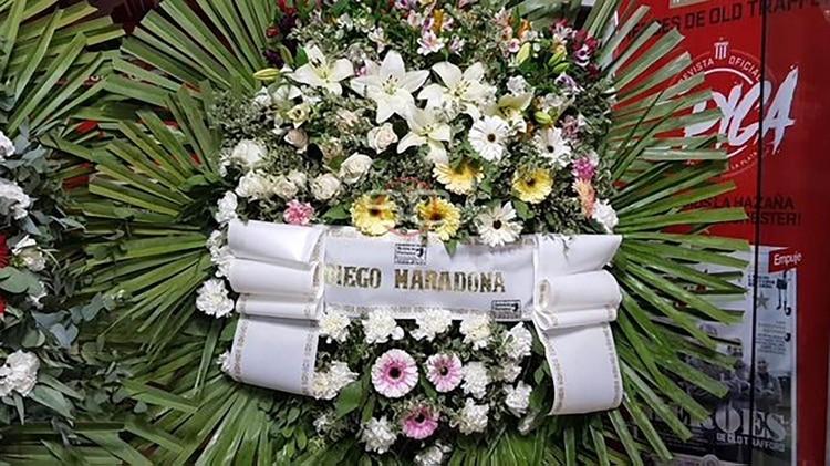 Maradona envío una corona para homenajear al Tata