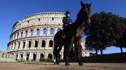 Un oficial de policia cerca del Coliseo italiano