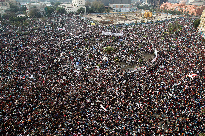 Egipcios se manifiestan en la Plaza Tahrir, en el centro de El Cairo, el 1 de febrero de 2011 (REUTERS/Amr Abdallah Dalsh/File Photo)