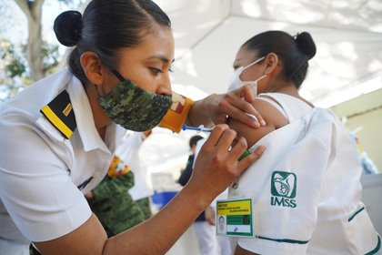 This Sunday, December 27, the COVID-19 vaccine was applied to the medical personnel of Operation Chapultepec (Photo: Twitter @ Tu_IMSS)