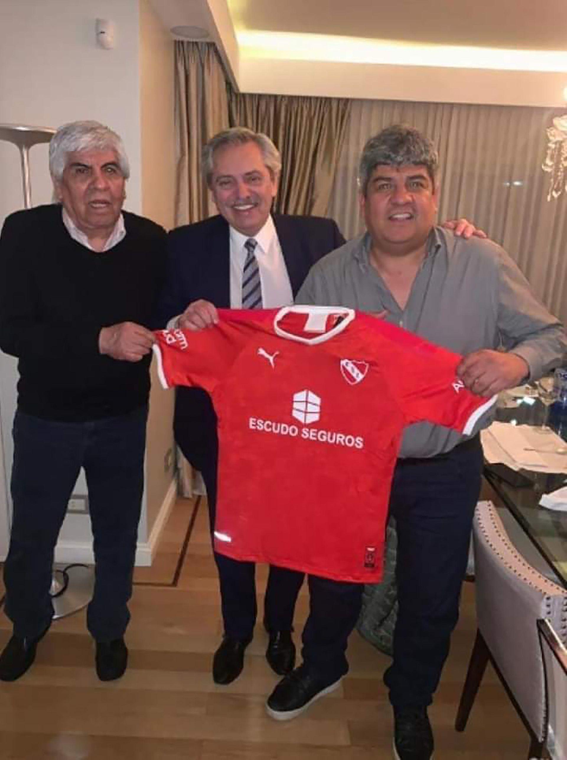 Pablo Moyano advirtió que saldrán a reclamarles a las empresas que no paguen el bono de 20.000 pesos a los camioneros; en la foto, con su papá Hugo y Alberto Fernández