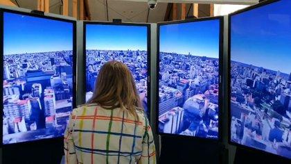 Dentro del centro de visitantes se puede probar Street View de manera inmersiva con un joystick y varias pantallas gigantes que rodean al usuario.