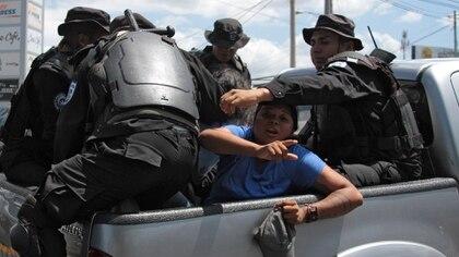 Un mujer es detenida durante marcha en Managua en marzo de 2019. . (Photo by Maynor Valenzuela / AFP)