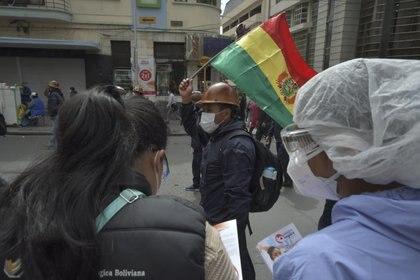 Una cooperativa minera protesta en las calles de La Paz, cerca de otra movilización convocada por los profesionales sanitarios en protesta de las condiciones laborales a las que tienen que hacer frente en plena crisis del coronavirus (Christian Lombardi/ Zuma Press/ ContactoPhoto)