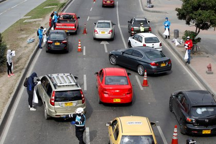 Bloquean automóviles en una autopista de Bogotá (REUTERS/Leonardo Munoz)