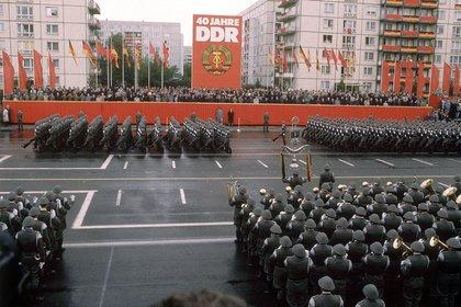 Tropas del Nationale Volksarmee desfilan en 1989 por la Avenida Karl Marx en Berlín Oriental, durante el 40 aniversario de la República Democrática. Su casco característico es un diseño de la Segunda Guerra Mundial que no llegó a utilizarse (Heikki Saukkoma/Shutterstock)