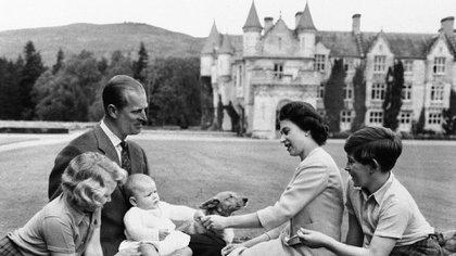 La familia real británica en los terrenos del castillo de Balmoral, Escocia, el 8 de septiembre de 1960, durante unas vacaciones. El príncipe Andrés, en el regazo de su padre, el duque de Edimburgo