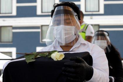 """""""Estamos contentos, afortunadamente nos vamos a despedir de él como se debe y lo marca la tradición en Puebla, en hacerle rosarios y todo lo que se lleva acabo"""", dijo Ortiz. (Foto: EFE)"""