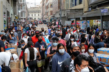 Lima es la región y la ciudad más poblada del Perú, con más de 10 millones de habitantes, un tercio de la población total del país y ha sido la más golpeada por la pandemia de la covid-19 y actualmente atraviesa una segunda ola de contagios con los centros de salud totalmente colapsados. EFE/ Luis González/Archivo