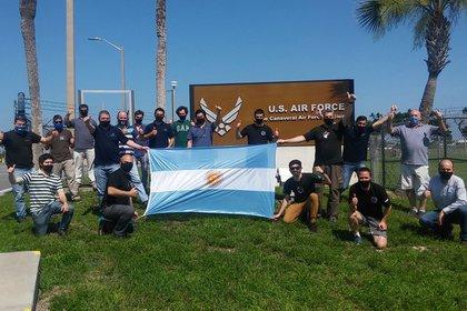 El equipo de 18 expertos argentinos que viajó al Centro Espacial Kennedy para supervisar el lanzamiento (Conae)