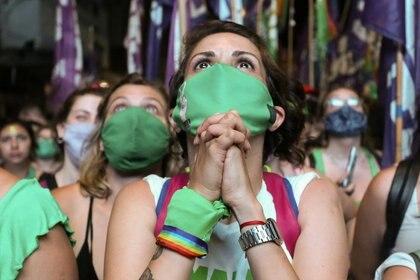 Pese a la pandemia, miles de mujeres y personas con capacidad de gestar hicieron una vigilia frente al Congreso (REUTERS/Flor Guzzetti)