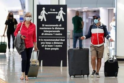 Gente con máscaras en el Aeropuerto de Fiumicino, en Roma, Italia (REUTERS/Guglielmo Mangiapane)