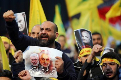 Partidarios de Hezbollah en el Líbano cantan consignas durante una ceremonia fúnebre para llorar a Qassem Soleimani, jefe de la fuerza de élite Quds, el 5 de enero de 2020 (REUTERS/Aziz Taher)