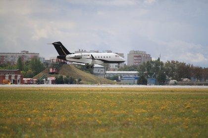 El avión sanitario alemán Bombardier Challenger 604 D-AFAD arriba al aeropuerto de Omsk, Russia (ALEXEY GOLSHEV - VK SPOTTING IN OMSK via REUTERS)
