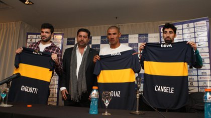 """Junto a Gigliotti, Angelici y el """"Cata"""" Díaz durante su presentación como refuerzo de Boca en 2013"""