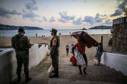 The popular resort of Acapulco, in the Mexican state of Guerrero, will restrict access to its beaches for the remainder of the holiday season to avoid more infections by covid-19, after the place is in the yellow color of the epidemiological traffic light of the Mexican government.  (Photo: EFE)
