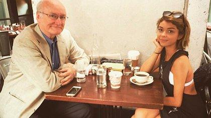 Sarah junto con su padre y donante, el también actor Edward James Hyland