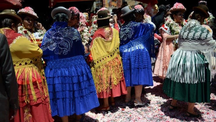 Cholitas con sus trajes típicos (REUTERS)