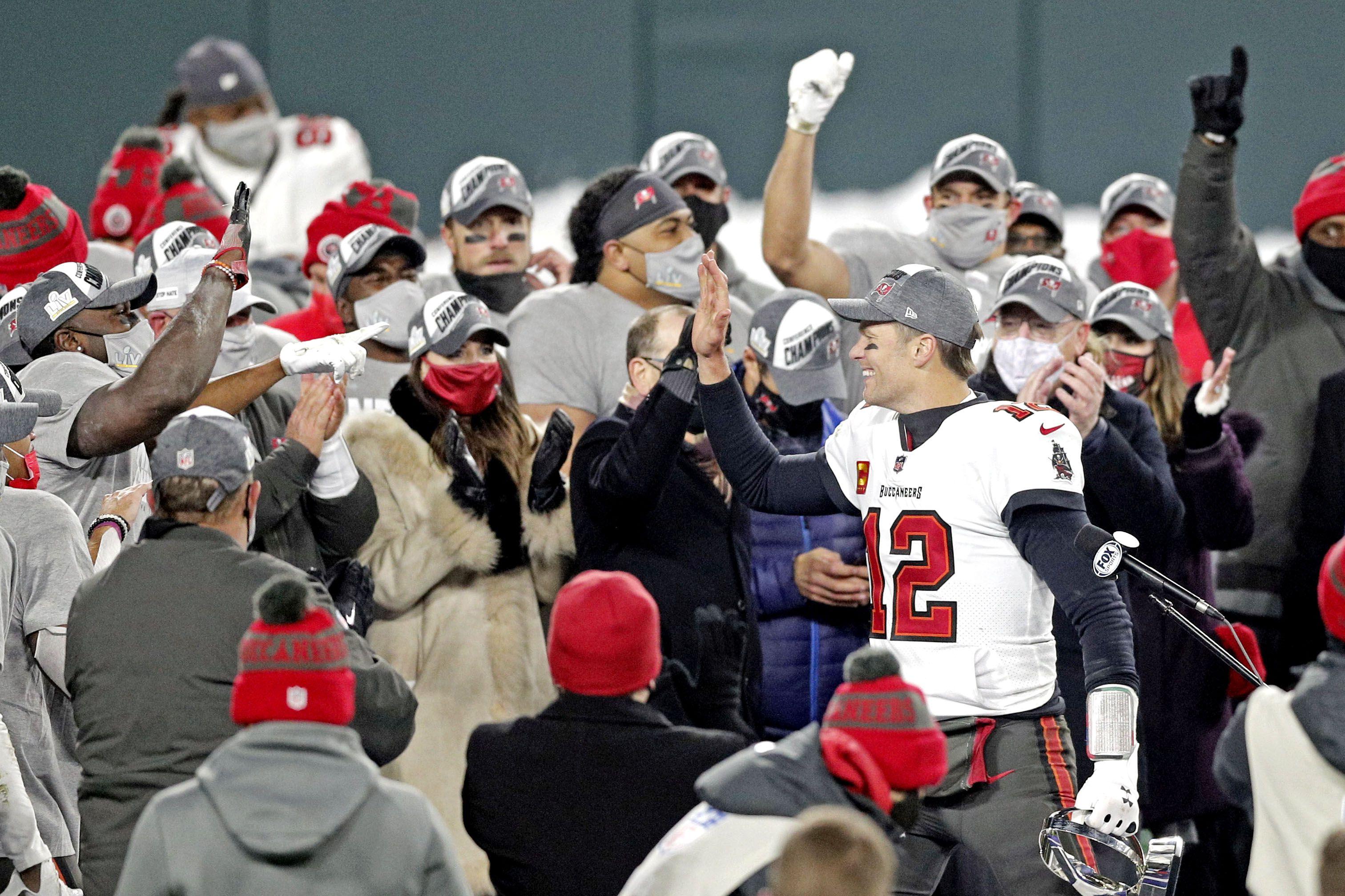 El quarterback de Tampa Bay Buccaneers, Tom Brady (12), celebra el triunfo ante Green Bay Packers que lo clasificó a la final del Super Bowl de la NFL (Mandatory Credit: Jeff Hanisch-USA TODAY Sports)