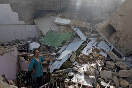 Un hombre muestra cómo quedó una de las viviendas (REUTERS/Akhtar Soomro)
