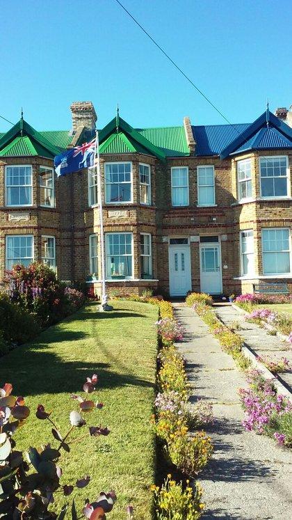 El frente de la casa que ocupó Boscardin mientras vivió en Malvinas. Entonces, era una de las cuatro de material que existían en la capital. (Gentileza Boscardin)