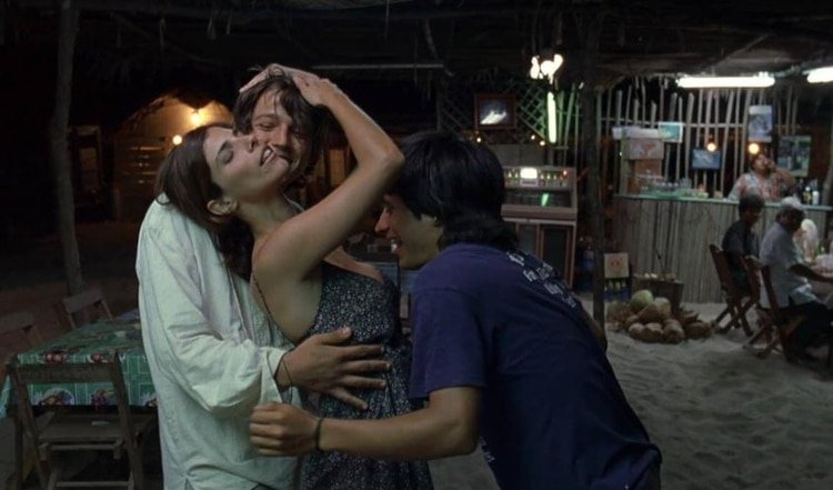 Los personajes masculinos experimentaron su bisexualidad y participaron en un famoso trío en la película.