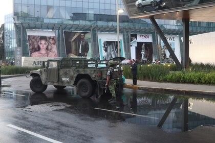 Dos personas sin vida el saldo de un ataque a balazos por presuntos problemas pasionales al interior de la plaza Artz Pedregal (Foto: Cuartoscuro)