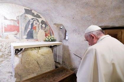 El Papa Francisco visita el belén de Greccio, donde el primer pesebre fue realizado por San Francisco de Asis en 1223, en ela pequeña localidad de Greccio, Italia, Diciembre 1, 2019. Medios del Vaticano/Distribuida vía Reuters.