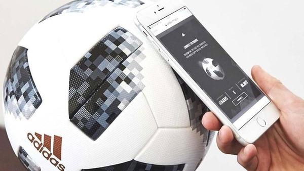 La pelota Telstar 18 contiene un chip transmisor que permite acceder a contenidos exclusivos de la marca