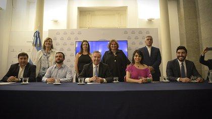Los nueve diputados durante la presentación del nuevo espacio en el Congreso