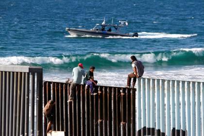 Donald Trump emitió una orden que regula que en los próximos tres meses solo se otorgará asilo a migrantes que accedan a través de los puntos autorizados (Reuters)