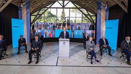 Alberto Fernández junto a empresarios y gremialistas. Detrás de él, los gobernadores a través de conexiones virtuales (Presidencia)