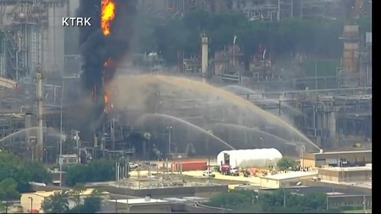 Ante la fuga del humo contaminante, el personal de la refinería de ExxonMobil monitorea la calidad del aire tanto en la planta como en sus inmediaciones para evitar más riesgos a la salud. (Foto: KTRK)