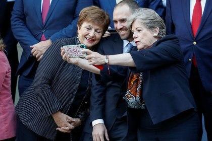 La secretaria ejecutiva de la CEPAL, Alicia Bárcena, se saca una foto con su celular junto a la directora gerente del Fondo Monetario Internacional (FMI),  Kristalina Georgieva, y al ministro de Economía de Argentina, Martín Guzmán