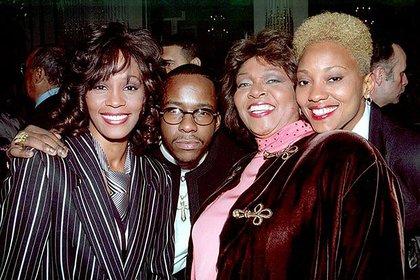 Bobby Brown con Whitney y su asistente Robyn Crawford en épocas felices. El marido de la cantante aseguró que la estrella había mantenido  una relación con Eobyn (Shutterstock)
