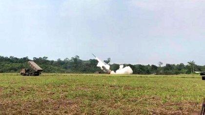 Lanzacohetes múltiples Astros MK6 durante los ejercicios militares de Brasil en la frontera con Venezuela