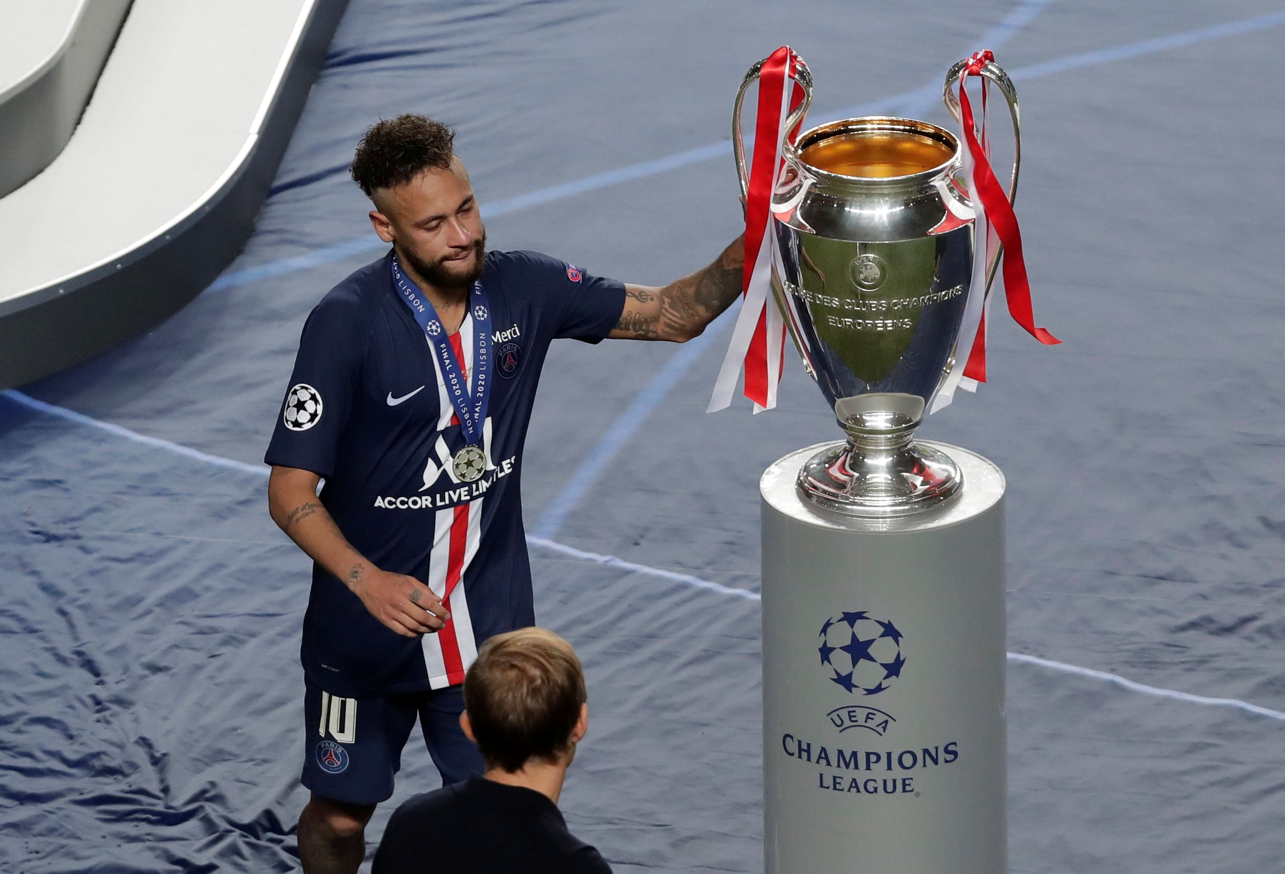 Neymar toca la copa tras la decepción (Manu Fernandez/Pool via REUTERS)