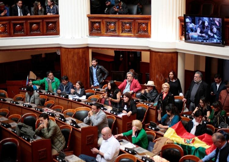 Los diálogos buscan entre el gobierno provisional y los partidarios de Evo Morales buscan que la convocatoria a elecciones sea aprobada por la Asamblea y no salga por decreto como se había sugerido en los últimos días