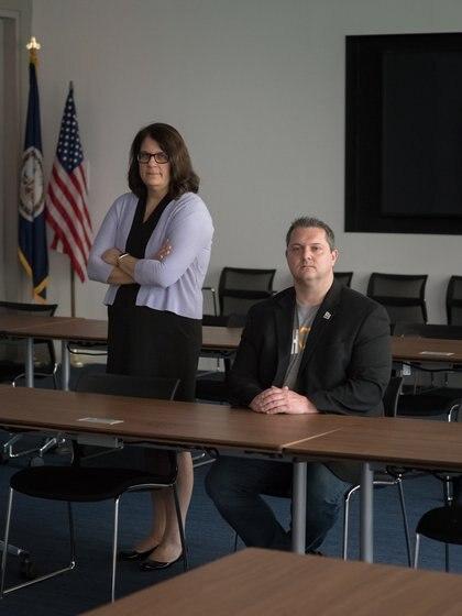 Yiota Souras y John Shehan, ejecutivas del Centro Nacional de Menores Desaparecidos y Explotados