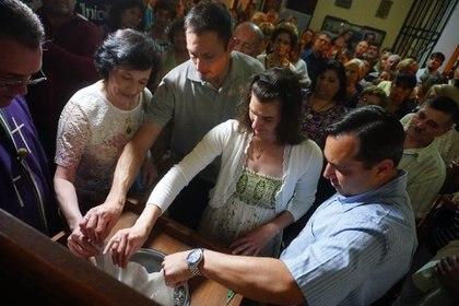 La familia unida volcó las cenizas de Luis Castagnari en el mismo cinerario de la parroquia donde yacen las de Gustavito: así, cumplieron el último deseo de su padre y esposo (Daniel Ramonell)