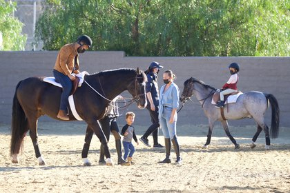 John Legend et Chrissy Teigen ont fait de l'équitation en famille.  Le couple a emmené leurs enfants, Luna et Miles, pratiquer à Malibu, en Californie.  En plus de l'équipement de protection pour être au sommet du cheval, chacun portait son masque, à titre préventif contre le coronavirus