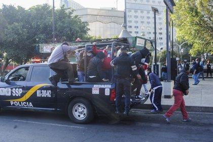 Vehículos de la Secretaría de Seguridad Ciudadana (SSC) fueron habilitados para trasladar a personas debido a los múltiples cierres en las líneas del Sistema de Transporte Colectivo (STC) Metro por el incendio registrado esta madrugada en uno de sus centros de control. (FOTO: LUIS CARBAYO/CUARTOSCURO)
