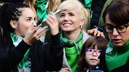 Griselda Siciliani conMargarita junto al colectivo de actrices en la vigilia por la legalización del aborto.