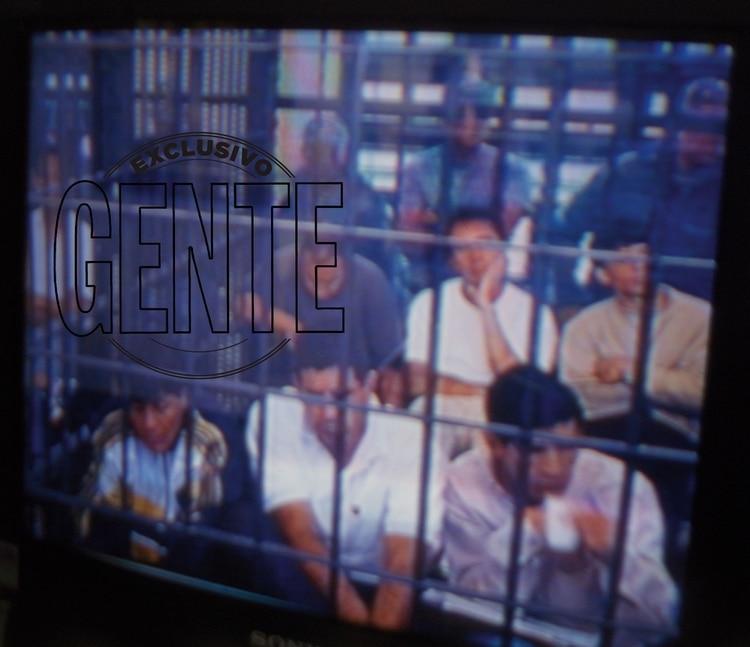 El juicio contra Los 12 Apóstoles se realizó en abril del año 2000 en la Unidad de Melchor Romero. Abajo a la izquierda se lo ve a El Gitano Acuña siguiendo los pormenores junto a otros presos. Se priorizó la seguridad por eso se habilitó una sala en la propia prisión. Se temía que si los trasladaban a un tribunal para juzgarlos se fugaran en el camino.