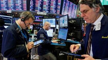 """Acciones y bonos argentinos caen a un """"piso"""" de precios en la era Macri. (Reuters)"""