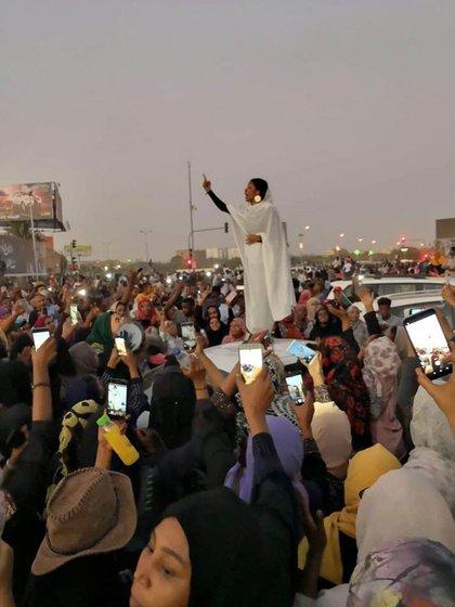Alaa Salah en la fotografía que recorrió el mundo