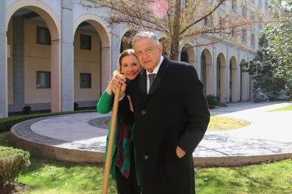 El presidente plantó un ahuehuete en Palacio Nacional en compañía de su esposa Beatriz Gutiérrez Müller  (Foto: Presidencia)