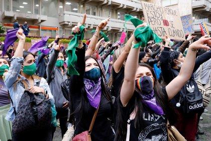 Grupos de mujeres participan en una marcha convocada con motivo del Día Internacional de la Eliminación de la Violencia contra la Mujer, en las calles de Bogotá (Colombia). EFE/Mauricio Dueñas Castañeda/Archivo